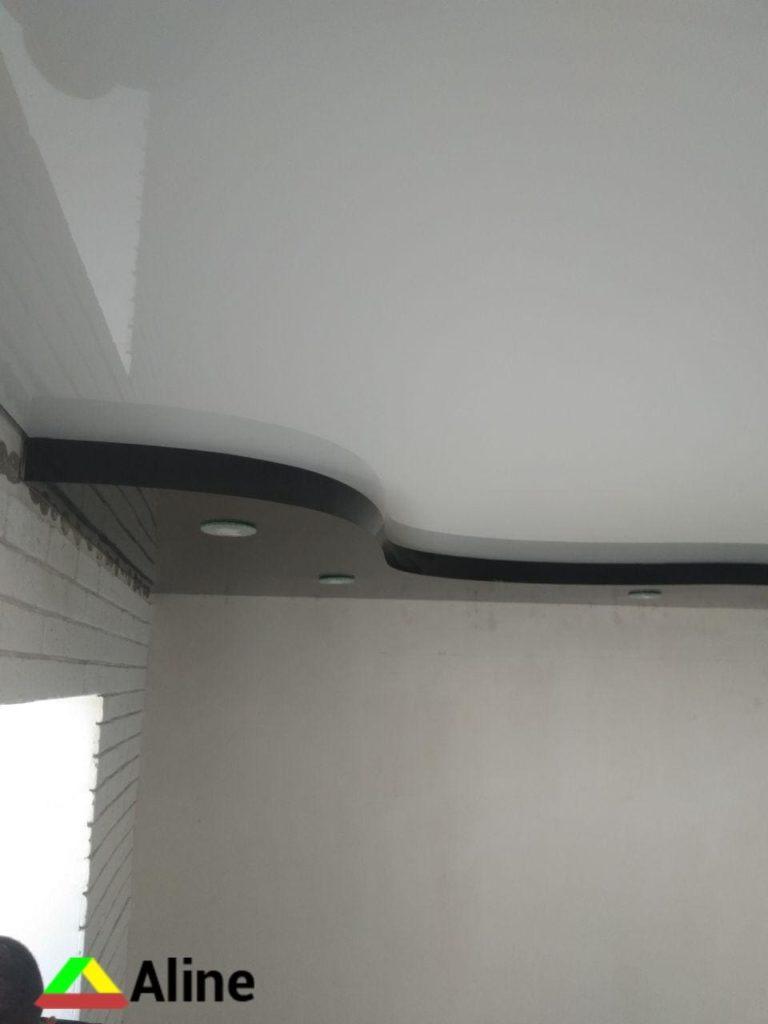 Черно-белый натяжной потолок в ванную