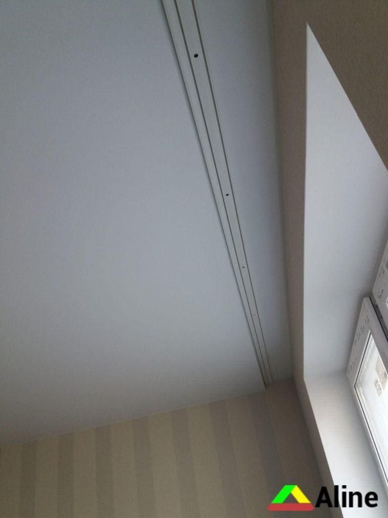 Сатиновый натяжной потолок с карнизом