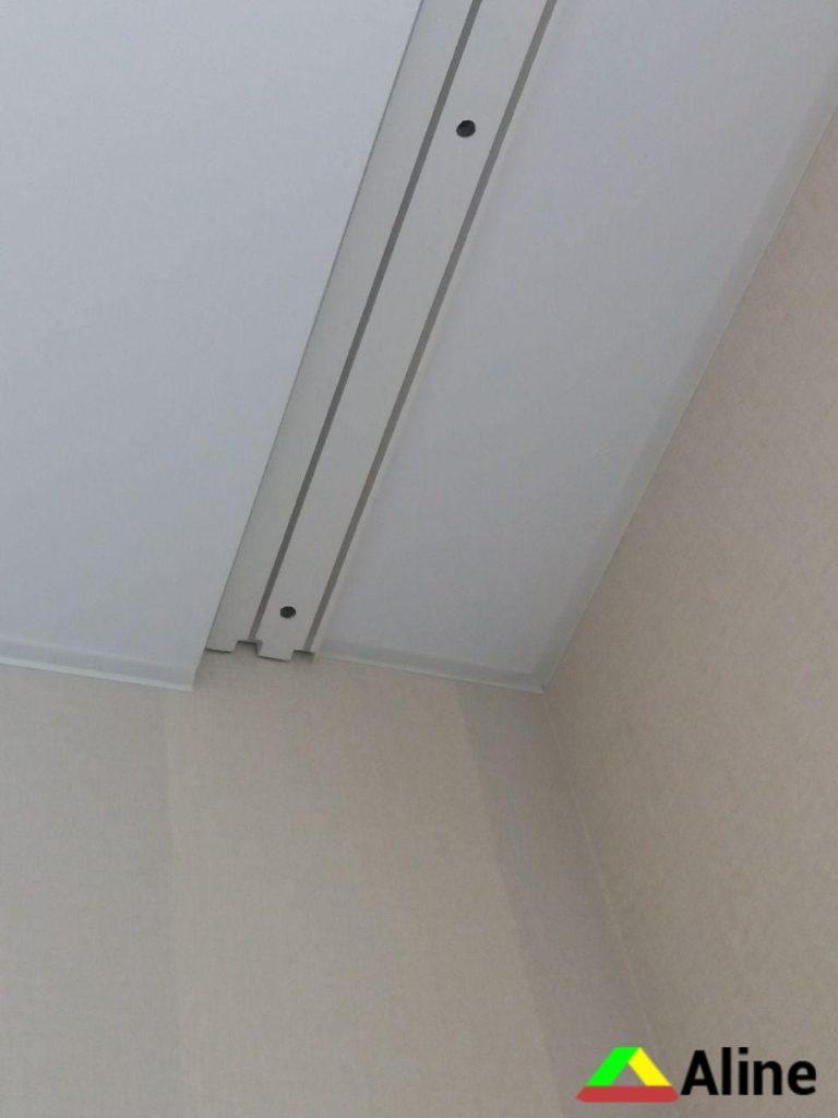 Сатиновый натяжной потолок и скрытый карниз