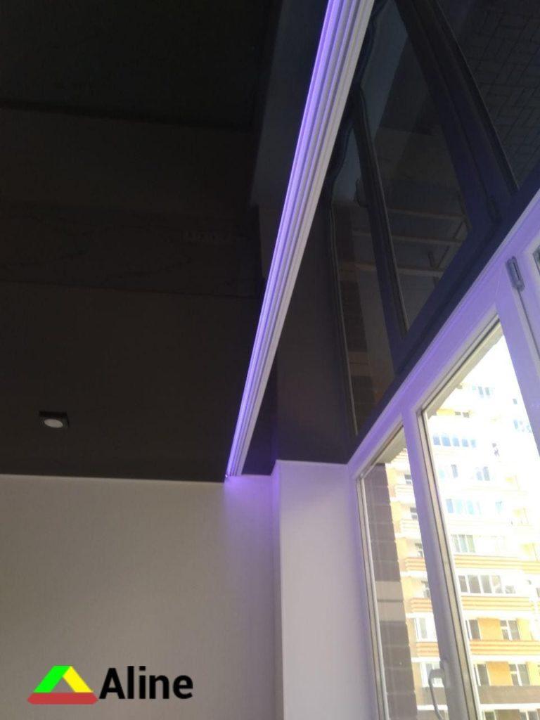 черный натяжной потолок с подсветкой и карнизом